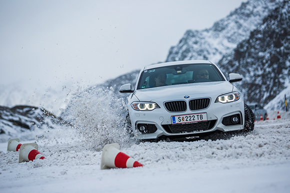 09. 活动上,队员们同时接受了BMW专业冬季驾驶培训.jpg