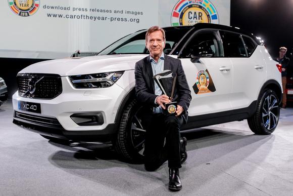 2_沃尔沃汽车集团总裁兼首席执行官汉肯·塞缪尔森先生与沃尔沃全新XC40合影.jpg