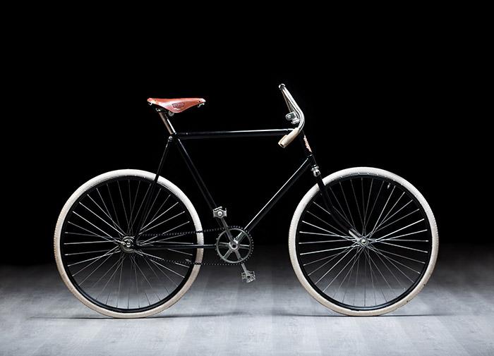 新闻图片1:SLAVIA是斯柯达创始人劳林和克莱门特在姆拉达·博莱斯拉夫制造的第一辆自行车。Vladimír Vidim用这个作品完美再现斯柯达品牌历史传奇.jpg