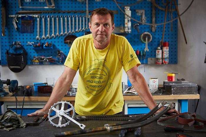 新闻图片2:Vladimír Vidim是一位热情的自行车爱好者,这位技艺精湛的匠人同时也是一名建筑设计师,全心这款老式自行车的复制过程.jpg