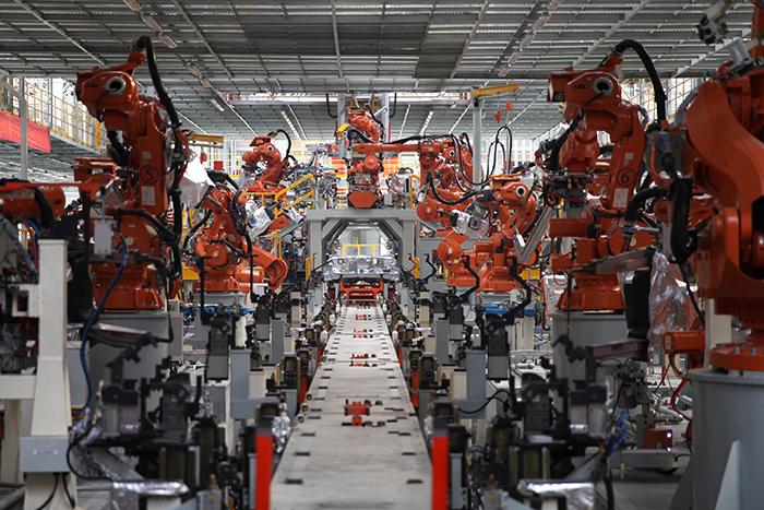 长城汽车徐水智慧工厂里的焊装机器人.jpg