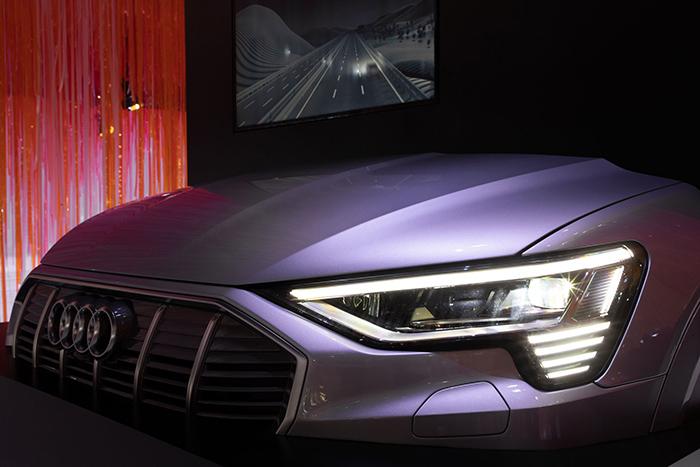 3. 奧迪e-tron Sportback所搭載的數字矩陣式LED前大燈,可有效增強照明燈和遠光燈的強度,推動燈光安全邁入新的階段。.jpg