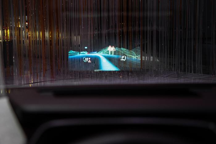 7. 奧迪3D混合現實抬頭顯示屏 :利用3D技術,該顯示屏可以直接將實物標記在顯示屏生成的圖像上,形成具有空間深度的真實印象.jpg