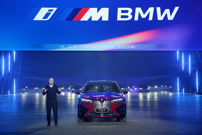 07.寶馬集團大中華區總裁兼首席執行官高樂先生與創新BMW iX合影.jpg